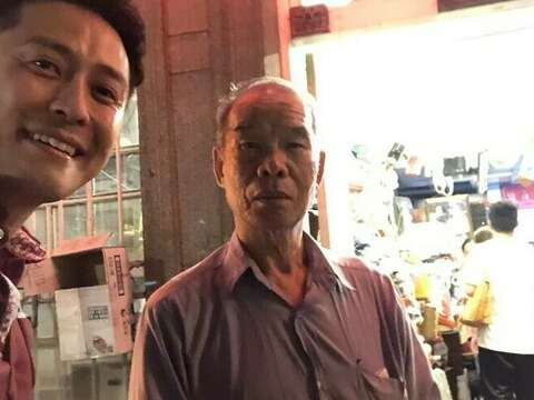 Take picture with the owner of antique shop in Shengnong street