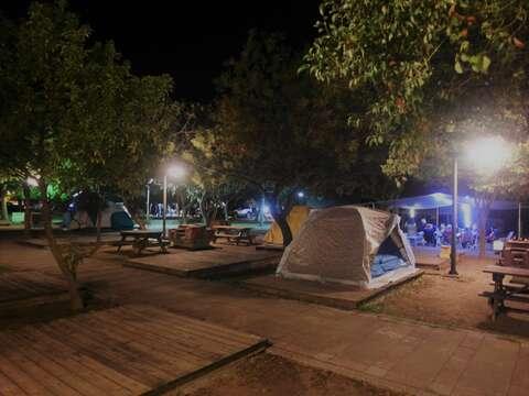 虎頭埤夜間露營一景