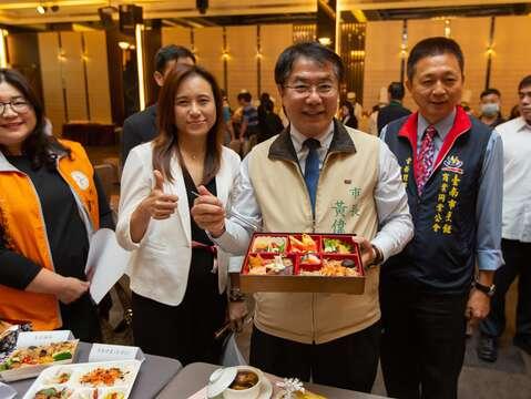 黃市長與觀旅局郭局長共推養生安心餐