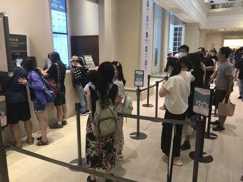 一早許多遊客就排隊購票進奇美博物館