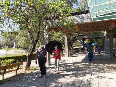虎頭埤風景區遊客在戶外仍戴口罩並維持安全距離
