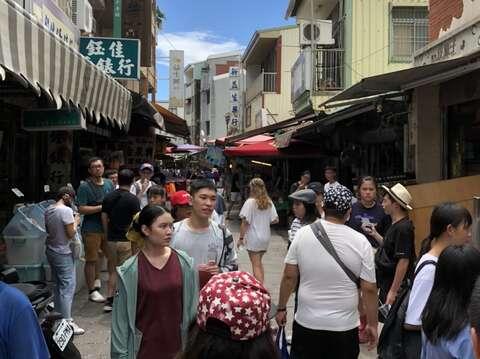 端午連假安平老街擠滿人潮