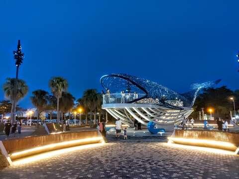 大魚的祝福廣場改善後增加融合作品的夜間照明
