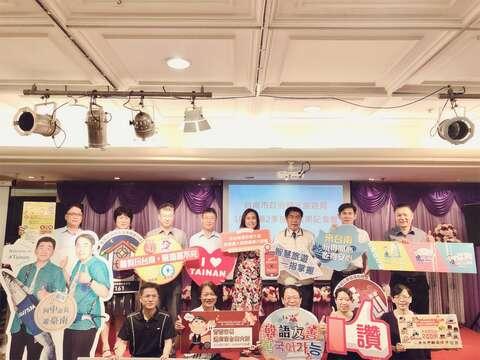黃偉哲市長率領市府觀光團隊發表成果