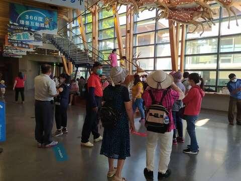 國慶連假-左鎮化石園區新奇的展覽品吸引遊客拍照