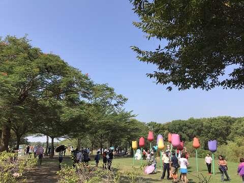 國慶連假第三天-德元埤荷蘭村舉辦2020風車節地景藝術吸引遊客駐足拍照