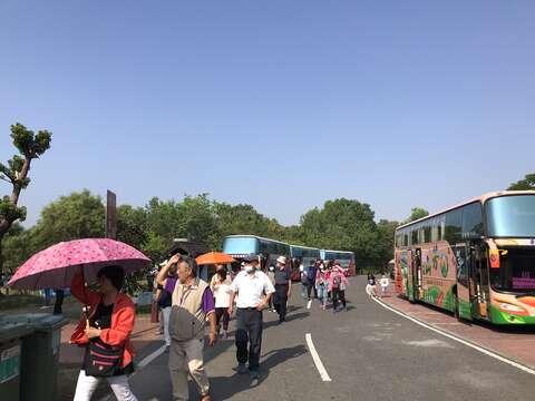 國慶連假第三天-德元埤荷蘭村舉辦2020風車節吸引大批團客搭遊覽車入園