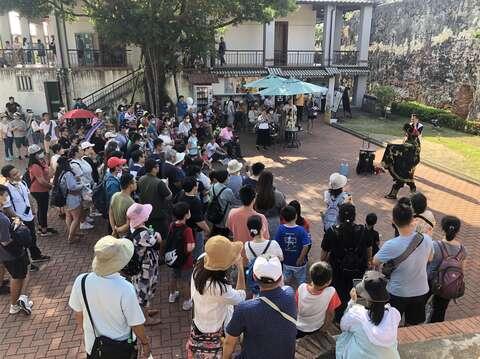 安平古堡遊客聚集看街頭藝人表演