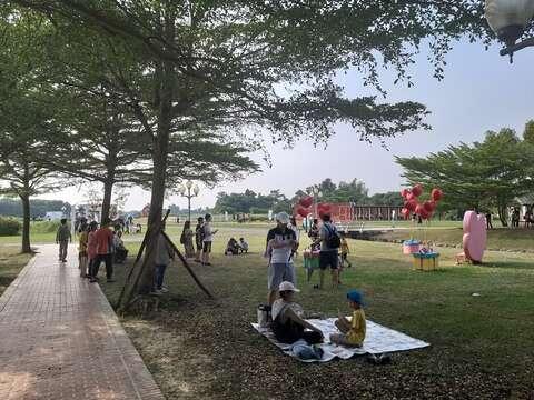 活動吸引許多情侶及攝影愛好者漫步園區