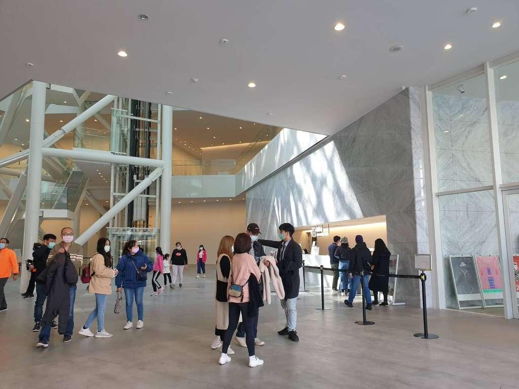 進入美術館參觀也戴好口罩