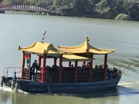 尖山埤江南渡假村的遊客必定搭乘遊船