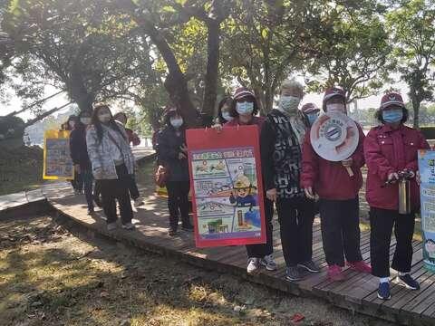 志工媽媽在虎頭埤跟遊客進行消防安全宣導