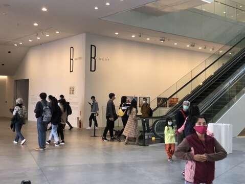 文青遊客必定要趁著假期來美術館補充一下文化氣息