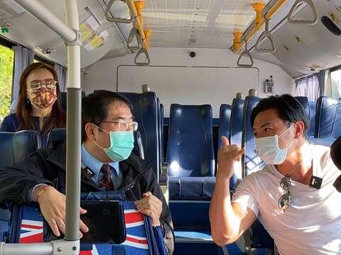 汪星人鐵粉台南市長黃偉哲與夢多共乘台灣好行山博行線出遊