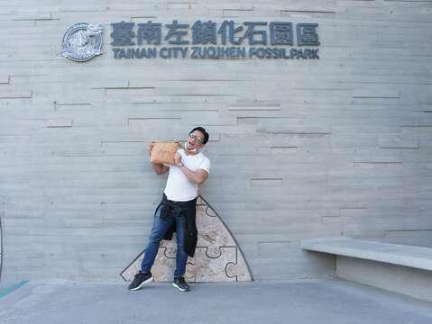 夢多帶著黃偉哲市長贈送的台灣好行山博行線考古包遊台南