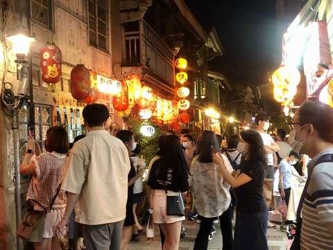 神農街晚上吸引更多人來拍美照