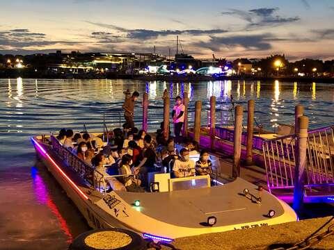坐船夜遊安平運河就是浪漫