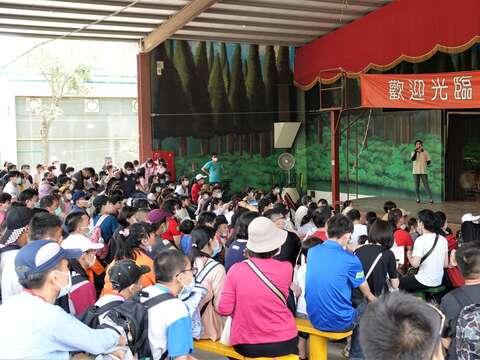 頑皮世界可愛的表演讓很多遊客坐下觀賞