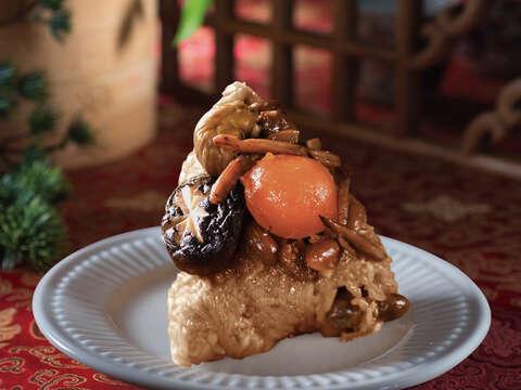 奇美食品府城豐收肉粽特選台灣在地傳統食材,搭配香滷魷魚絲,海陸風味一次滿足